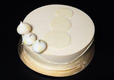 与乳脂状的装饰的自创蛋糕在黑背景 免版税库存照片