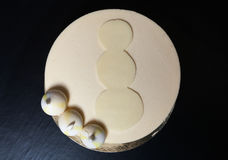 与乳脂状的装饰的自创蛋糕在黑背景 库存照片