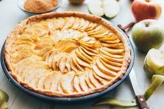 与乳蛋糕装填的新近地被烘烤的苹果饼馅饼 免版税库存图片
