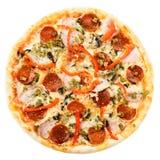 与乳酪、蒜味咸腊肠和胡椒isol的开胃热的意大利薄饼 免版税库存图片