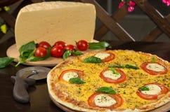 与乳酪和薄饼刀子的意大利薄饼 免版税库存图片