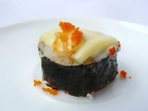 与乳酪和顶部飞鱼獐鹿的寿司卷 免版税库存图片