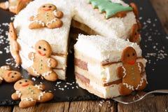与乳酪奶油的被切的圣诞节姜蛋糕装饰与 图库摄影