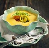 与乳酪意大利式饺子的南瓜奶油色汤 库存图片