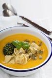 与乳酪意大利式饺子的南瓜奶油色汤 免版税库存照片