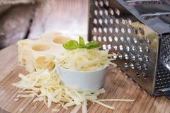 与乳酪磨丝器的Emmentaler 免版税库存图片