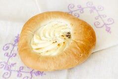 与乳酪装填的开胃小圆面包 免版税库存图片