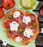 与乳酪鬼魂ans橄榄蜘蛛的万圣夜薄饼 库存图片