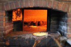 与乳酪khachapuri的英王乔治一世至三世时期饼在烤箱 免版税库存照片