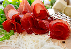 与乳酪pecorino和芝麻菜的Bresaola 免版税库存照片