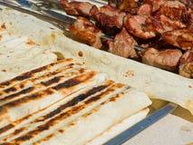 与乳酪suluguni的开胃可口油煎的肉和皮塔饼面包在烤肉烤户外 免版税图库摄影