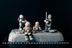 与乳香树脂装饰和题字的自创蛋糕 库存照片