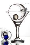 与二个酒杯和玻璃珠的仍然生活在白色后面 免版税库存照片