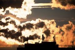 与二氧化碳通信天线云彩和剪影的日出有一一些的盘 免版税库存图片