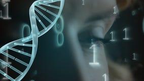 与二进制编码的脱氧核糖核酸动画在一双蓝眼睛的特写镜头背景 库存例证