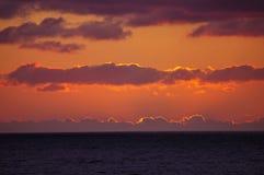 与云堤的日落在太平洋 库存图片