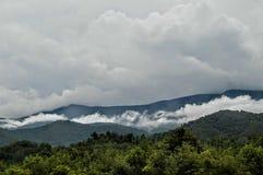 与云层的Moutains 免版税图库摄影