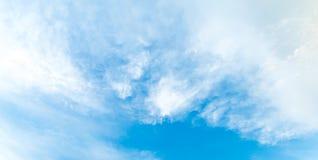 与云彩、清楚的天空和好天气的天空蔚蓝 库存图片