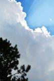 与云彩光芒的蓝天 免版税图库摄影