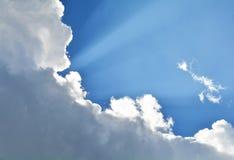 与云彩光芒的蓝天 免版税库存图片