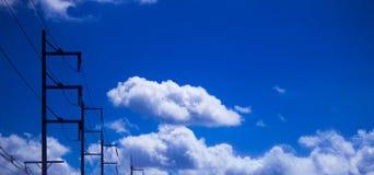 与云彩关闭的蓝天 免版税图库摄影