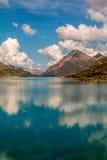 与云彩反射的山 库存图片