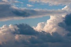 与云彩和云彩的天空 库存照片