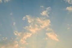 与云彩和光的日落天空 库存照片