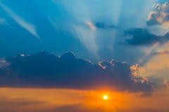 与云彩和光芒光的日落 免版税库存照片