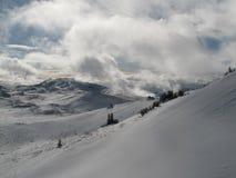 与云彩和大雪的美丽的山 库存图片