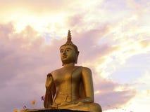 与云彩和天空backgr壮观的金黄菩萨雕象  库存图片