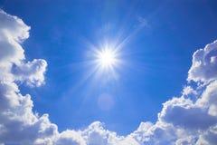 与云彩和太阳反射的蓝天 太阳发光明亮  免版税库存图片