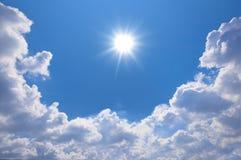 与云彩和太阳反射的蓝天 太阳发光明亮  图库摄影