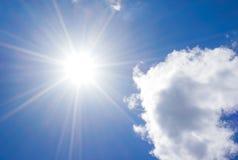 与云彩和太阳反射的蓝天 太阳在夏天发光明亮自白天 库存照片