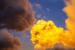 与云彩和太阳,日落的天空覆盖 免版税库存照片