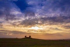与云彩和好天气的五颜六色的日落 库存图片