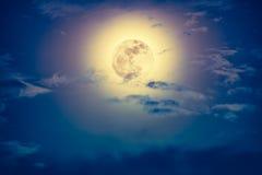 与云彩和明亮的满月的夜间天空与发光 免版税库存照片