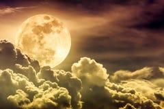 与云彩和明亮的满月的夜间天空与发光 免版税图库摄影