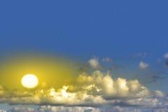 与云彩和星形的美丽的黄色星期日 免版税库存照片