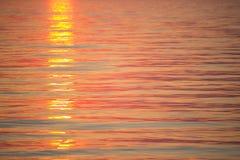 与云彩和波浪的海日出 免版税图库摄影