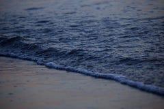 与云彩和波浪的海日出 免版税库存照片
