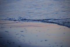 与云彩和波浪的海日出 免版税库存图片