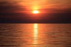 与云彩和波浪的海日出 库存照片