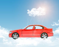 与云彩和红色汽车的蓝天 免版税库存照片