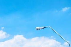 与云彩和街灯的蓝天 免版税库存图片
