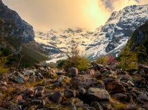 与云彩和阳光的山 免版税库存图片