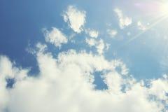 与云彩和阳光的美丽的天空 免版税库存图片