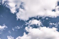 与云彩和阳光的美丽的天空 库存照片
