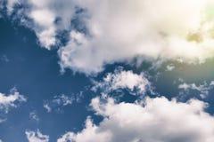 与云彩和阳光的美丽的天空 免版税图库摄影