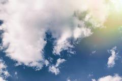与云彩和阳光的美丽的天空 库存图片